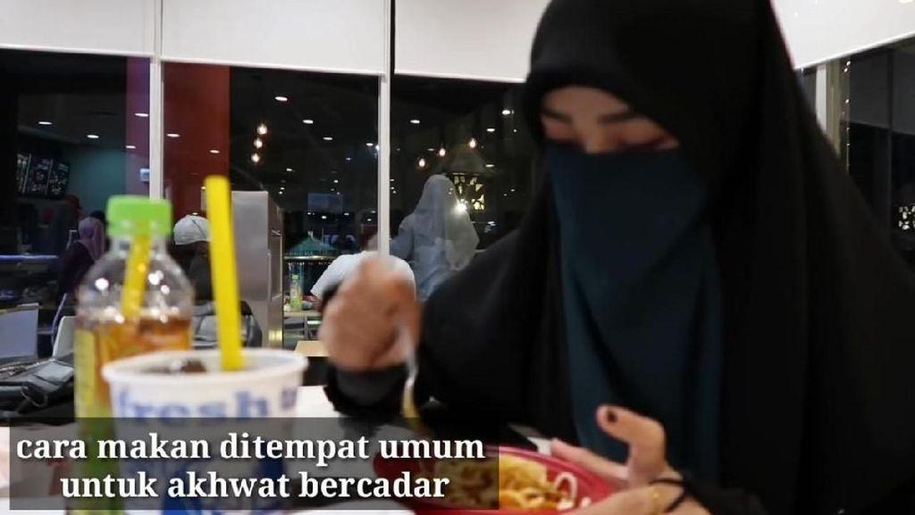 YouTuber Ini Tunjukkan Cara Makan Wanita Bercadar