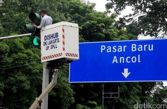 Petugas Dinas Perhubungan DKI Jakarta melakukan perawatan lampu lalu lintas. Hal itu dilakukan demi menjaga ketertiban dan kelancaran lalu lintas di kawasan itu