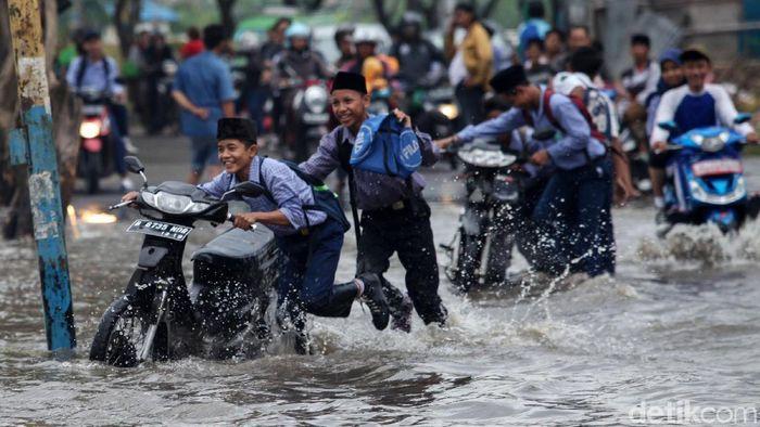 Sejumlah pengendara nekat terobos banjir di Jalan Raya Villa Mutiara Indah, Periuk, Tangerang, Kamis (6/1/2020). Banjir yang melanda kawasan ini sudah memasuki hari ke-5.
