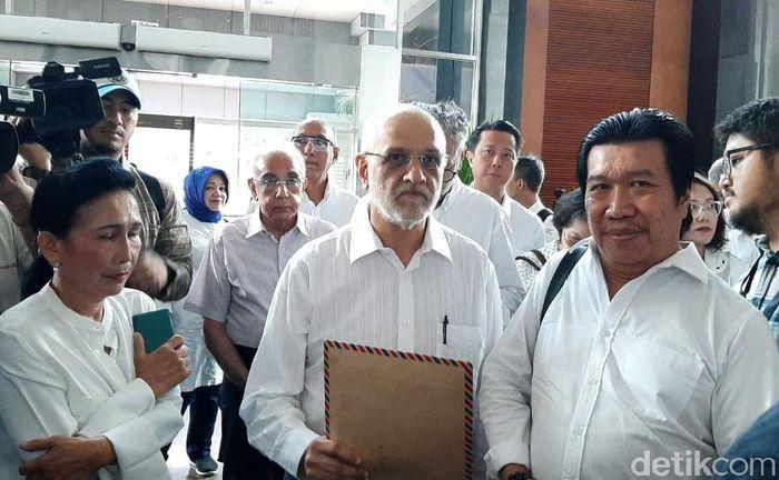 Puluhan nasabah yang menjadi korban gagal bayar ini kompak mengenakan kemeja putih dan celana hitam. Mereka yang datang ke kantor Sri Mulyani ada sekitar 50 orang. Keinginannya hanya satu, menyerahkan surat kepada Sri Mulyani.