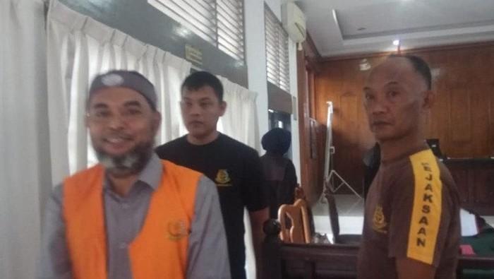 DOK. ANTARA FOTO/ Terdakwa Yahdi Ilar Rusydi (kiri) yang juga mengaku Panglima Kelompok Pembebasan Kemerdekaan Aceh Darussalam (KPAD) usai