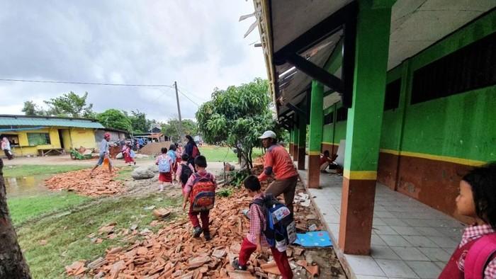 SDN Samudrajaya 04 Bekasi yang rusak parah mulai direhab