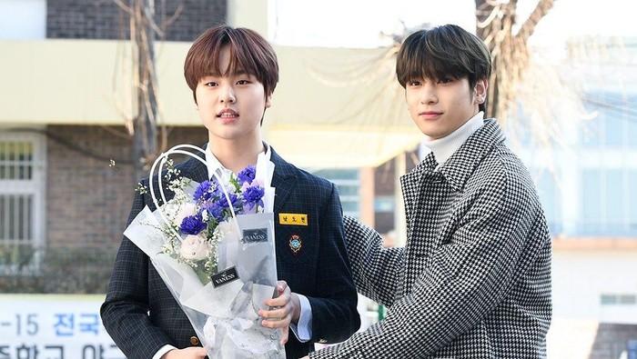 Nam Dohyon dan Lee Hangyul di upacara kelulusan Nam Dohyon.