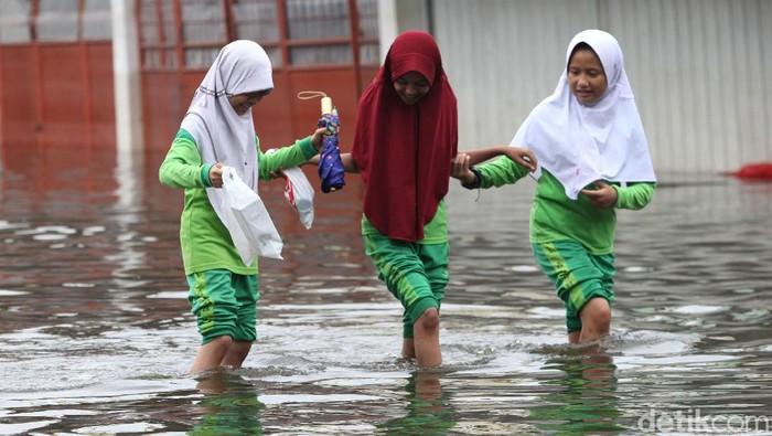 Banjir masih merendam kawasan Villa Mutiara Pluit, Tangerang. Meski banjir mulai surut, warga masih beraktivitas dengan menggunakan perahu karet.