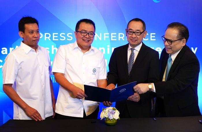Direktur Utama PT Bank JTrust Indonesia Tbk. (J Trust Bank) Ritsuo Fukadai (2 kanan) didampingi Direktur Felix I Hartadi (kanan) bersama CEO CicilSewa Hendry Octavianus (2 kiri) dan CFO CicilSewa Andrew Buntoro (kiri) menandatangani perjanjian kerjasama di Jakarta, Kamis (6/2/2020). J Trust Bank bagian dari lembaga keuangan ternama asal Jepang J Trust Group bekerja sama dengan CicilSewa untuk membiayai penyewaan rumah, apartemen dan ruang usaha dimana melalui platform ini penyewa dapat membayar cicilan bulanan hanya dengan melunasi uang muka 30 persen dari biaya sewa setahun.