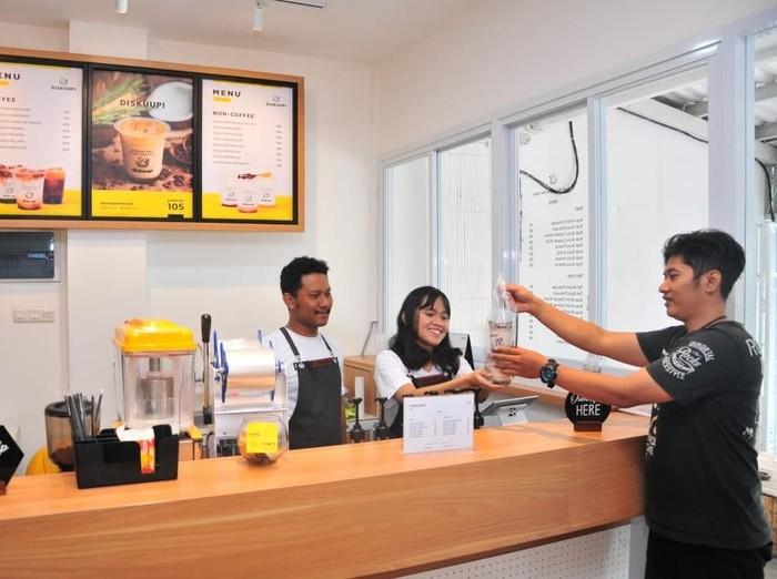 Jaringan kedai kopi kekinian berkonsep coffee to go makin intensif mengincar pasar Surabaya. Salah satunya jaringan kedai kopi Diskuupi.