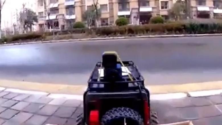 Hindari virus corona, perempuan china belanja bakpao pakai mobil remot kontrol