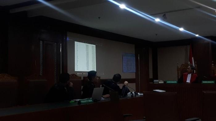 Jaksa membongkar kertas list daftar nama inisial yang diketik oleh Sekretaris Bidang Perencanaan dan Anggaran KONI, Suradi. List daftar nama itu saat pengajuan proposal dana hibah KONI ke Kemenpora.