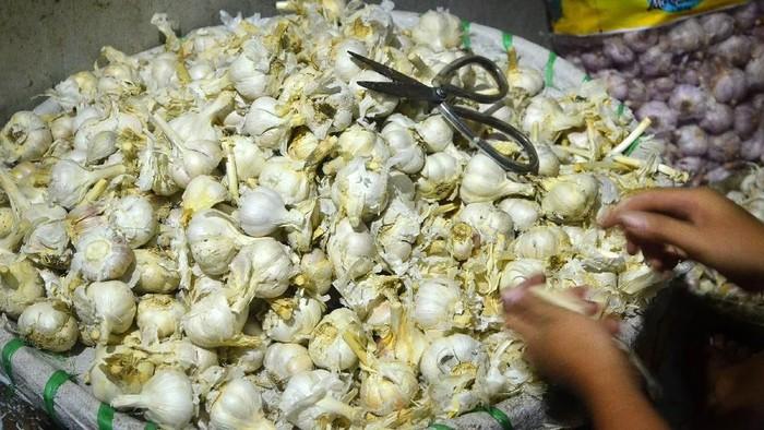 Harga bawang putih di sejumlah pasar tradisional di Indonesia merangkak naik. Kenaihan harga itu terjadi sejak tiga hari lalu.