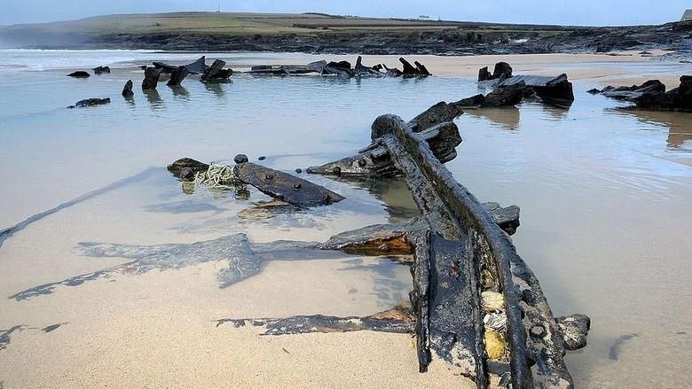 Kapal perang Jerman muncul ke permukaan