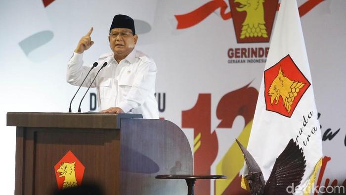 Ketum Partai Gerindra Prabowo Subianto melakukan prosesi potong tumpeng dalam perayaan HUT ke-12 Gerindra. Prabowo memberikan potongan tumpeng kepada Anies-Sandi.
