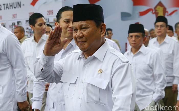 Ketua Umum Partai Gerindra Prabowo Subianto menghadiri perayaan HUT ke-12 Partai Gerindra. Tiba di lokasi acara, Prabowo terlihat semringah.