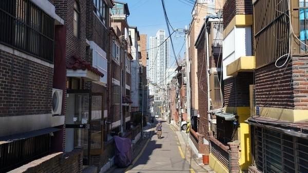 Di tahun 1970-an, Pemerintah Korea Selatan memerintahkan gedung apartemen yang baru dibangun harus memiliki basement yang bisa berfungsi sebagai bunker, apabila ada serangan militer dari Korea Utara. Terciptalah banjinha. (BBC)