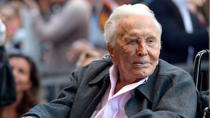 HOLLYWOOD, CALIFORNIA - NOVEMBER 06: Kirk Douglas attends the Hollywood Walk of Fame Ceremony Honoring Michael Douglas on Hollywood Boulevard on November 06, 2018 in Hollywood, California. (Photo by Charley Gallay/Getty Images for Netflix)