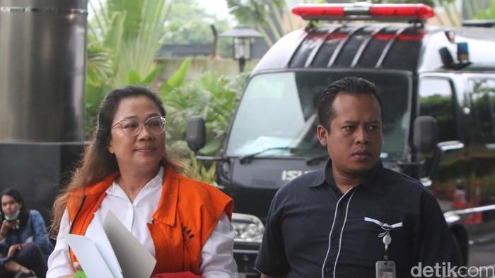 Tersangka mantan anggota Bawaslu Agustiani Tio Fridelina  berada di gedung KPK untuk menjalani pemeriksaan, Jakarta, Kamis (6/2/2020). Agustiani Tio Fridelina diperiksa dalam kasus dugaan korupsi penetapan pergantian antar waktu (PAW) anggota DPR periode 2019-2024 yang menyeret mantan Komisioner KPU Wahyu Setiawan sebagai tersangka.