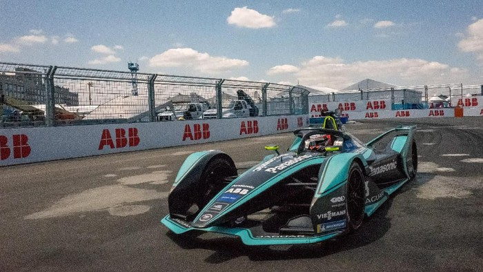 NEW YORK, NY - JULY 13: Panasonic / Jaguar Racings Alex Lynn during the Formula E Racing Championship on July 13, 2019 in Brooklyn borough of New York City.   David Dee Delgado/Getty Images/AFP