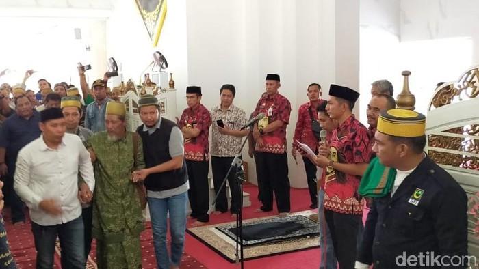Puang Lallang dan pengurus MUI Gowa menandatangani perjanjian damai di Masjid Raya Syekh Yusuf, Sungguminasa (MN Abdurrahman/detikcom)