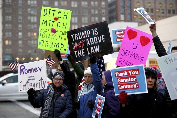 Sidang pemakzulan Presiden AS Donald Trump diwarnai aksi unjuk rasa warga. Tak sedikit dari mereka yang keluhkan Trump lolos dari pemakzulan tersebut.