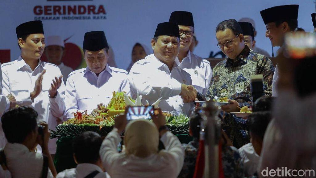 Momen Anies-Sandi Dapat Potongan Tumpeng dari Prabowo
