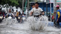 Bahaya yang Mengintai Jika Pemotor Nekat Terobos Banjir