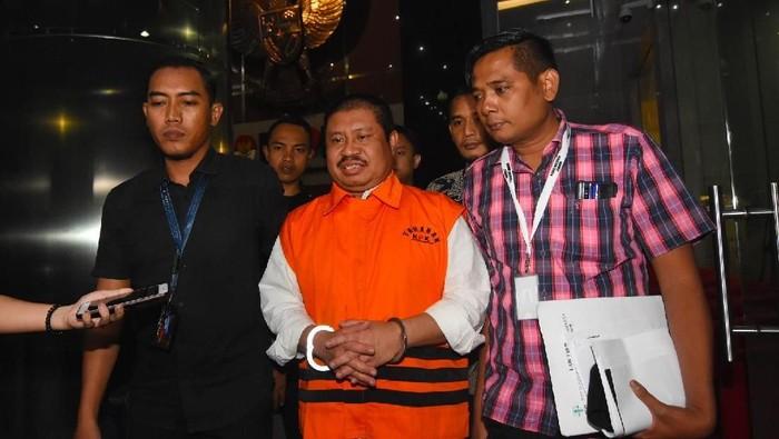 Bupati Bengkalis Amril Mukminin (tengah) digiring mengenakan rompi tahanan usai menjalani pemeriksaan di gedung KPK, Jakarta, Kamis (6/2/2020). Amril Mukminin ditahan usai diperiksa sebagai tersangka kasus dugaan suap proyek multiyears pembangunan jalan Duri - Sei Pakning di Kabupaten Bengkalis dengan nilai suap Rp5,6 miliar. ANTARA FOTO/Indrianto Eko Suwarso/foc.