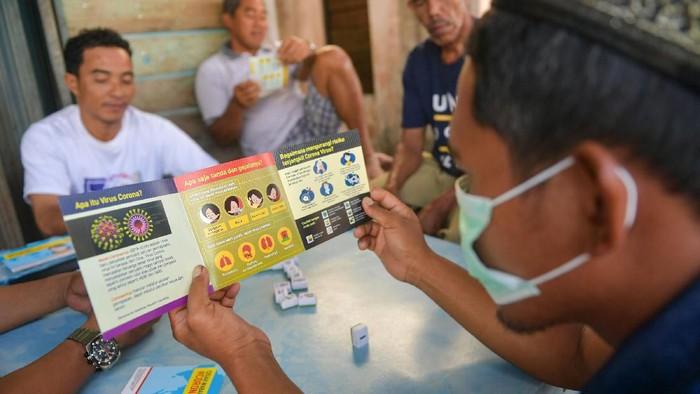 Dokter Spesialis Paru-Paru RS PMI Bogor Nancy Sovira (kiri)  menyemprotkan antiseptik pada warga saat sosialisasi pencegahan virus Corona di Kota Tua Penagi, Ranai, Natuna, Kepulauan Riau, Kamis (6/2/2020). Sosialisasi kesehatan tersebut sebagai bentuk kepedulian bagi warga yang tinggal berjarak sekitar satu kilometer dari tempat diobservasinya 238 WNI pascaevakuasi dari Wuhan, Hubei, China yang memasuki hari kelima dalam keadaan sehat dan baik. ANTARA FOTO/M Risyal Hidayat/wsj.