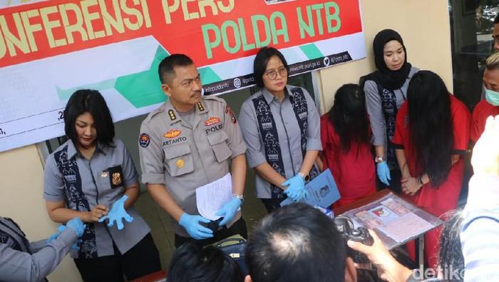 Polisi merilis penangkapan dua penari telanjang di Senggigi Lombok (Dok. Polda NTB)