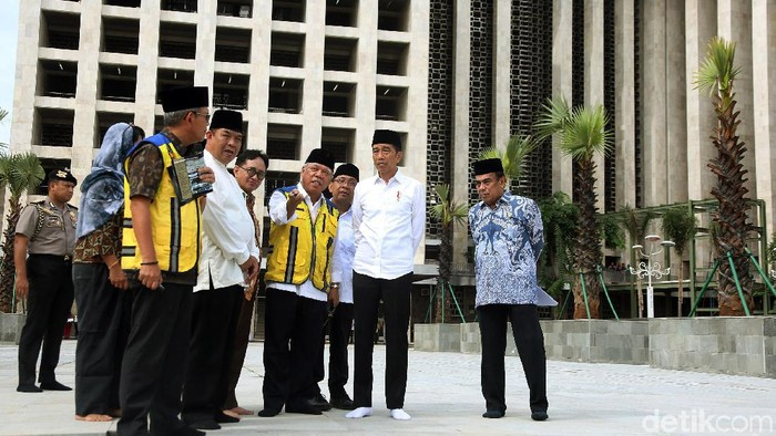 Presiden Joko Widodo meninjau proyek renovasi Masjid Istiqlal, Jakarta. Jokowi tampak mengenakan peci saat meninjau renovasi masjid tersebut.