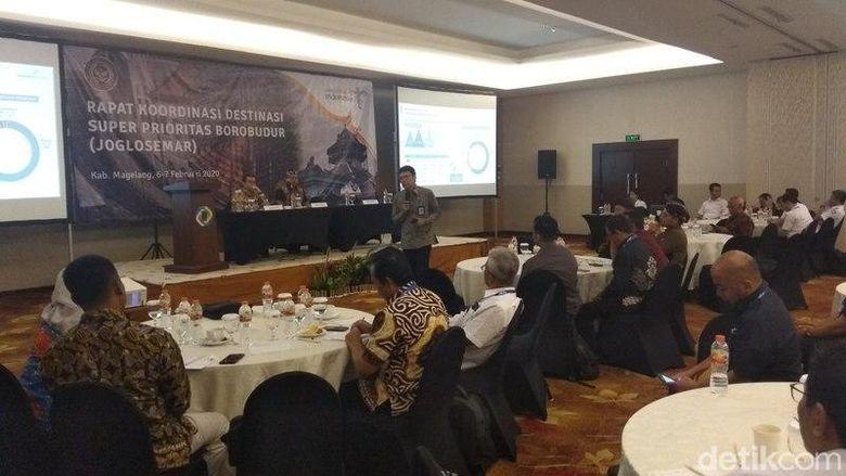 Direktur Utama Badan Otorita Borobudur, Indah Juanita (paling kiri)
