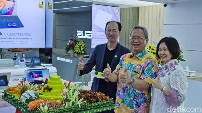 CMO Asus Rex Lee (kiri) saat meresmikan ZenBook Store di Ratu Plaza, Jakarta