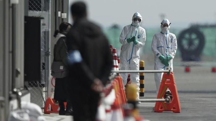 Otoritas Jepang mengumumkan ada 41 orang lainnya yang dinyatakan positif virus corona di dalam kapal pesiar yang sedang dikarantina di Yokohama.