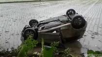 Gagal Nyalip, Mobil Terjun ke Sawah di Pangandaran