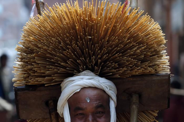 Sejumlah warga Nepal mengenakan hiasan kepala dari jerami dalam rangkaian Festival Madhav Narayan yang digelar di kawasan Thecho, Lalitpur.