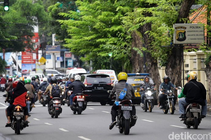 Pengendara sepeda motor nekat melakukan lawan arah di Jalan Komplek UI, Kebayoran Lama, Jakarta Selatan, Jumat (7/2/2020). Para pengendara sepeda motor nekat melawan arus demi memotong rute perjalanan.