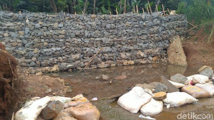 Tanggul di Perumahan Puri Citayam Permai 2, Bojonggede, Kabupaten Bogor (Sachril Agustin Berutu/detikcom)