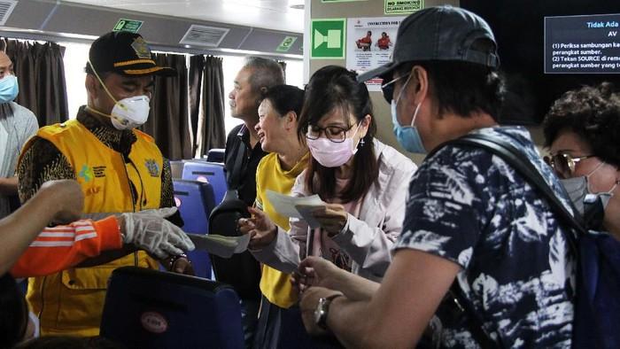 Petugas gabungan Pengawasan Orang Asing (PORA) mengunjungi Lai Chin Cheung (60, tengah), WNA asal Hongkong yang tinggal bersama istrinya yang asli pribumi (WNI), Zulfatun Nimah (36, kiri), di Gandong, Tulungagung, Jawa Timur, Jumat (7/2/2020). Pengawasan Orang Asing itu dilakukan secara gabungan dengan melibatkan tim Dinas Kesehatan demi mengantisipasi wabah novel corona atau 2019-nCov melalui WNA yang berasal atau memiliki riwayat perjalanan ke negara-negara terdampak virus memastikan. ANTARA FOTO/Destyan Sujarwoko/pd.