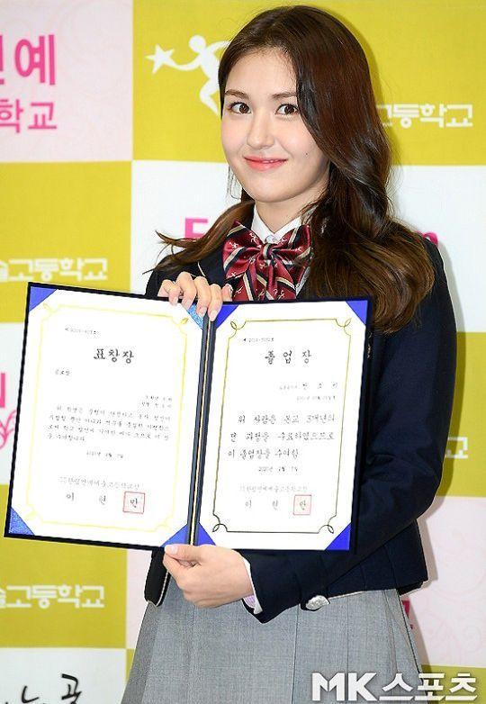 Solois Jeon Somi memamerkan ijazah kelulusannya dari Hanlim Arts School.