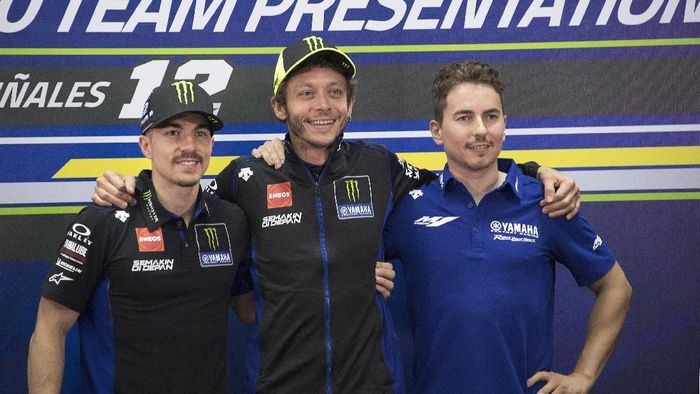 KUALA LUMPUR, MALAYSIA - FEBRUARY 06: (L-R) Maverick Vinales of Spain and Yamaha Factory Racing, Valentino Rossi of Italy and Yamaha Factory Racing and Jorge Lorenzo of Spain and Yamaha Factory Test team pose during the 2020 Team Yamaha Factory Racing presentation during the MotoGP Pre-Season Teams Unveiling at Sepang Circuit on February 06, 2020 in Kuala Lumpur, Malaysia. (Photo by Mirco Lazzari gp/Getty Images)