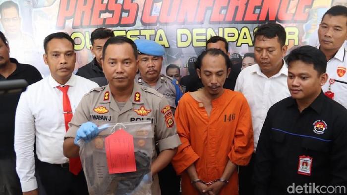 Angga Riza-detikcom/  Wakapolresta Denpasar AKBP Wayan Jiartana dalam rilis kasus pembunuhan janda