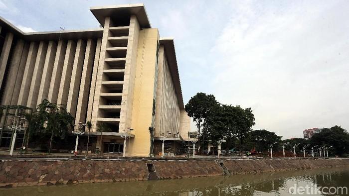 Untuk pertama kalinya sejak berdiri 41 tahun silam, Masjid kebanggaan Indonesia ini melalukan renovasi besar-besaran. Seperti apa penampakan terkininya?