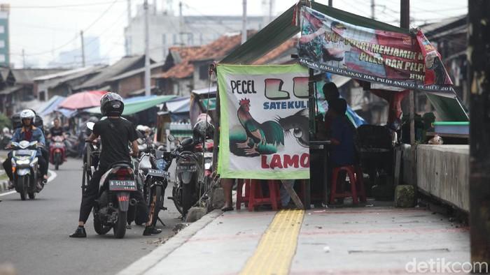 Jalan Tanjung Selor di kawasan ITC Roxy Mas, Jakarta, dipenuhi sejumlah PKL dan parkir liar. Hasilnya, jalan menjadi sempit dan fungsi trotoar hilang.