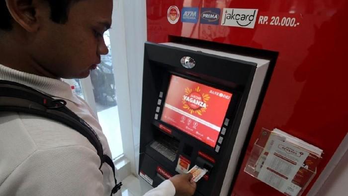 Seorang mahasiswa tengah melakukan transaksi penarikan uang tunai dengan nominal Rp20.000,- di ATM Bank DKI di Universitas Pamulang, Tangerang Selatan (6/2/2020)