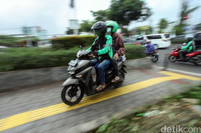 Pengendara motor tak juga jera menyalahgunakan jalur khusus pejalan kaki demi pangkas waktu tempuh. Aksi itu tentunya berbahaya bagi pejalan kaki yang melintas.
