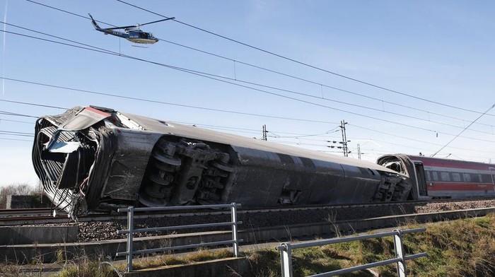 Kereta berkecepatan tinggi tergelincir di Italia. Akibatnya 2 orang tewas dan puluhan orang lainnya terluka.
