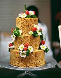 Unik! Kue Pengantin Ini Terbuat dari Mie Goreng