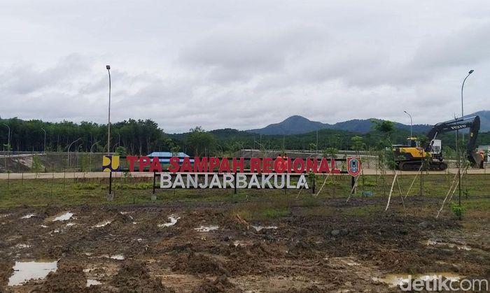 TPA sampah yang diresmikan oleh Jokowi berada di Kecamatan Cempaka, Kota Banjarbaru, Kalimantan Selatan.