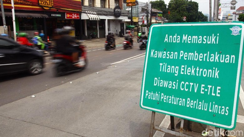 Sejak diberlakukan tilang elektornik, sejumlah pelanggaran didominasi para pemotor yang masih nekat menerobos jalur TransJakarta.