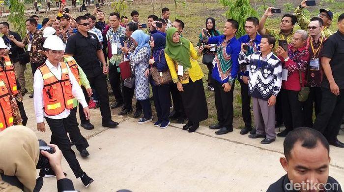Presiden Joko Widodo (Jokowi) meresmikan Tempat Pemrosesan Akhir (TPA) Sampah regional Banjarbakula di Kecamatan Cempaka, Kota Banjarbaru, Kalimantan Selatan, Jumat (7/2/2020).