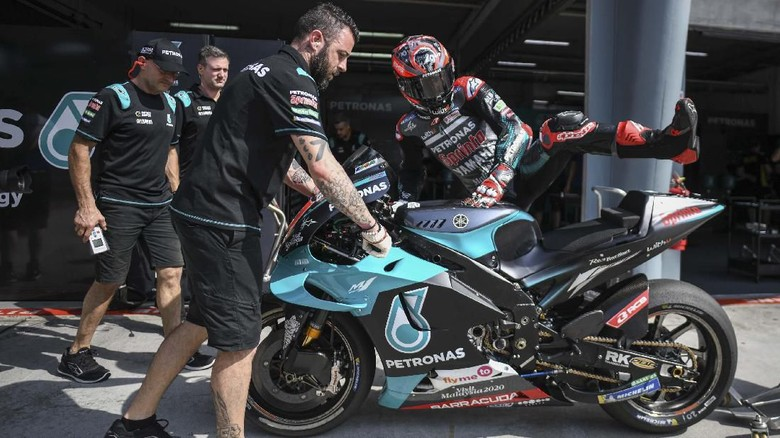 Petronas Yamaha SRTs French rider Fabio Quartararo (C) returns to the pit lane during the first day of the pre-season MotoGP winter test at the Sepang International Circuit in Sepang on February 7, 2020. (Photo by Mohd RASFAN / AFP)