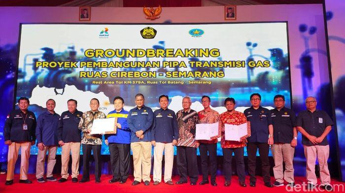Groundbreaking proyek pembangunan pipa gas ruas transmisi Cirebon-Semarang dilakukan oleh Sekretaris Jenderal Kementerian Energi dan Sumber Daya Mineral (ESDM) Ego Syahrial bersama Kepala BPH Migas M Fanshurullah Asa.